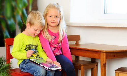 Kinder warten beim Zahnarzt